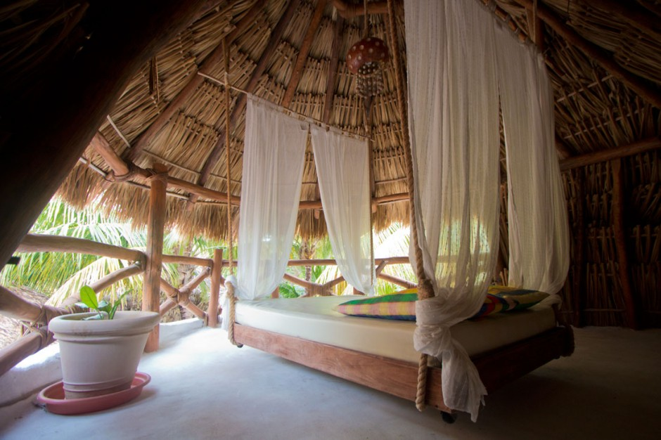 Hanging bed at Arco Iris room