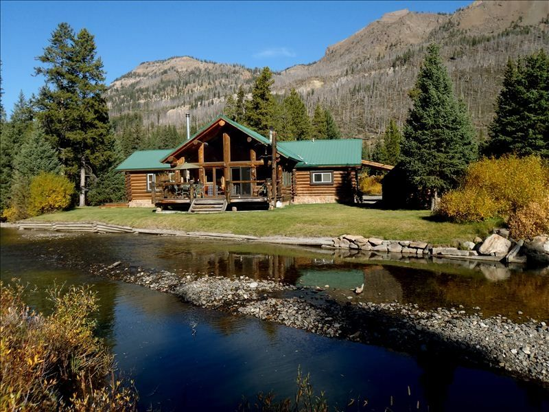 11 dreamy yellowstone cabins you can rent for your next for Yellowstone log cabin hotel