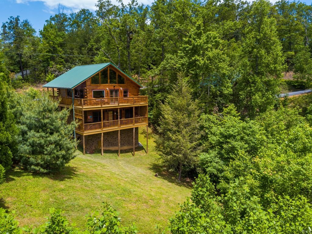 9 cozy gatlinburg cabins for rent for your mountain for Mtn chalet