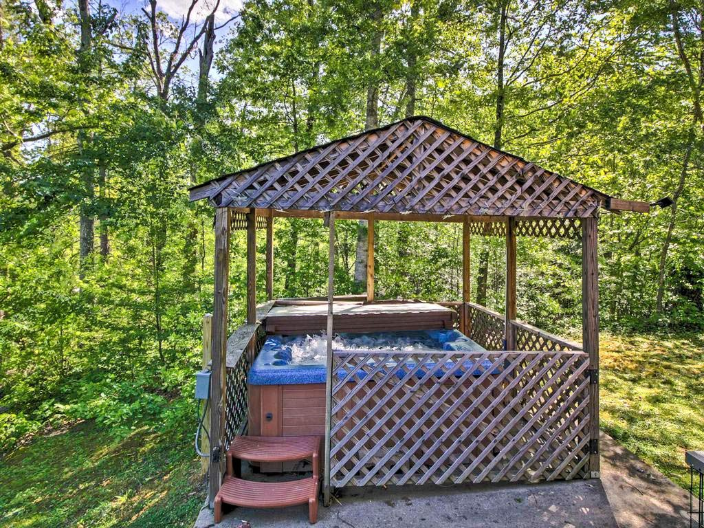 Hot tub on the grounds of these Gatlinburg cabins